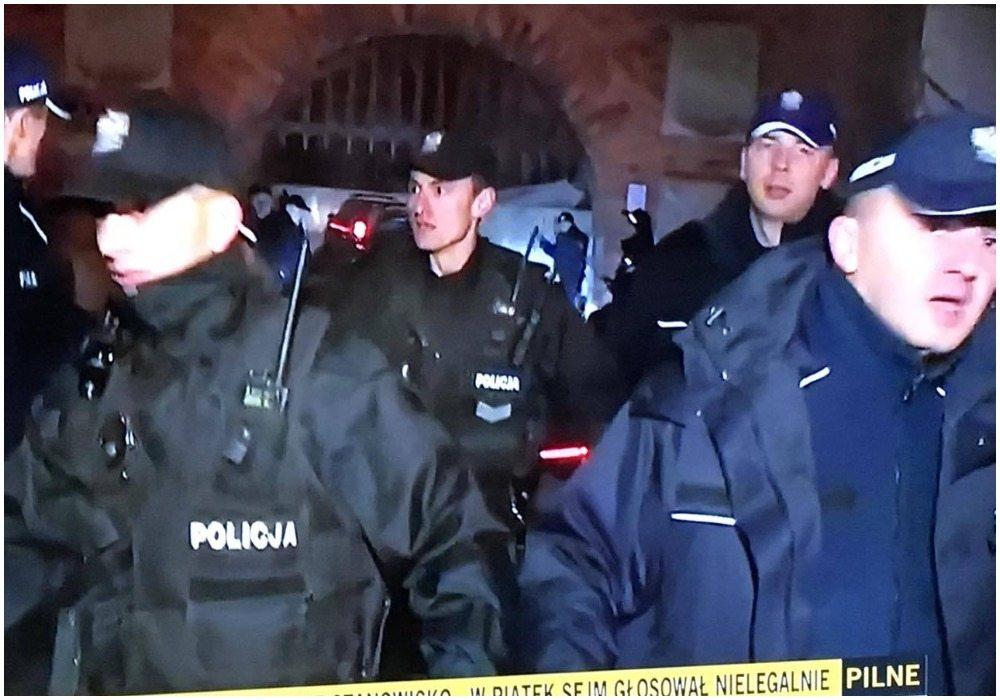 Ostra szarpanina pod Wawelem. Policja musiała chronić Kaczyńskiego