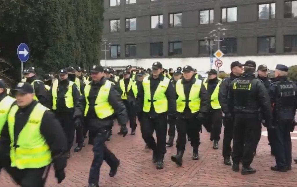Warszawa zmienia się w twierdzę. Tłumy funkcjonariuszy ściągniętych do stolicy (video)