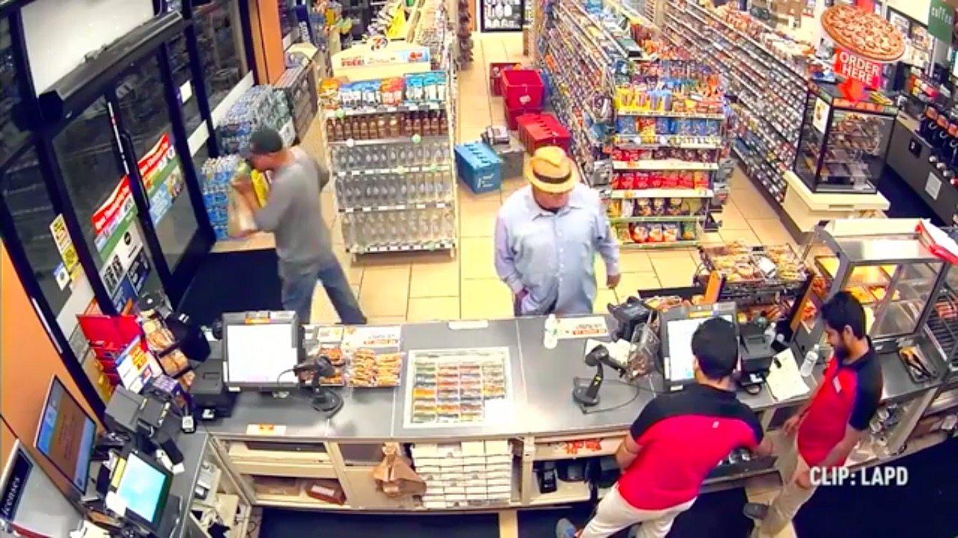 """Grubas w kapeluszu i szortach obrabował sklep używając """"pistoletu"""" z palców. Policja bezradna (VIDEO)"""