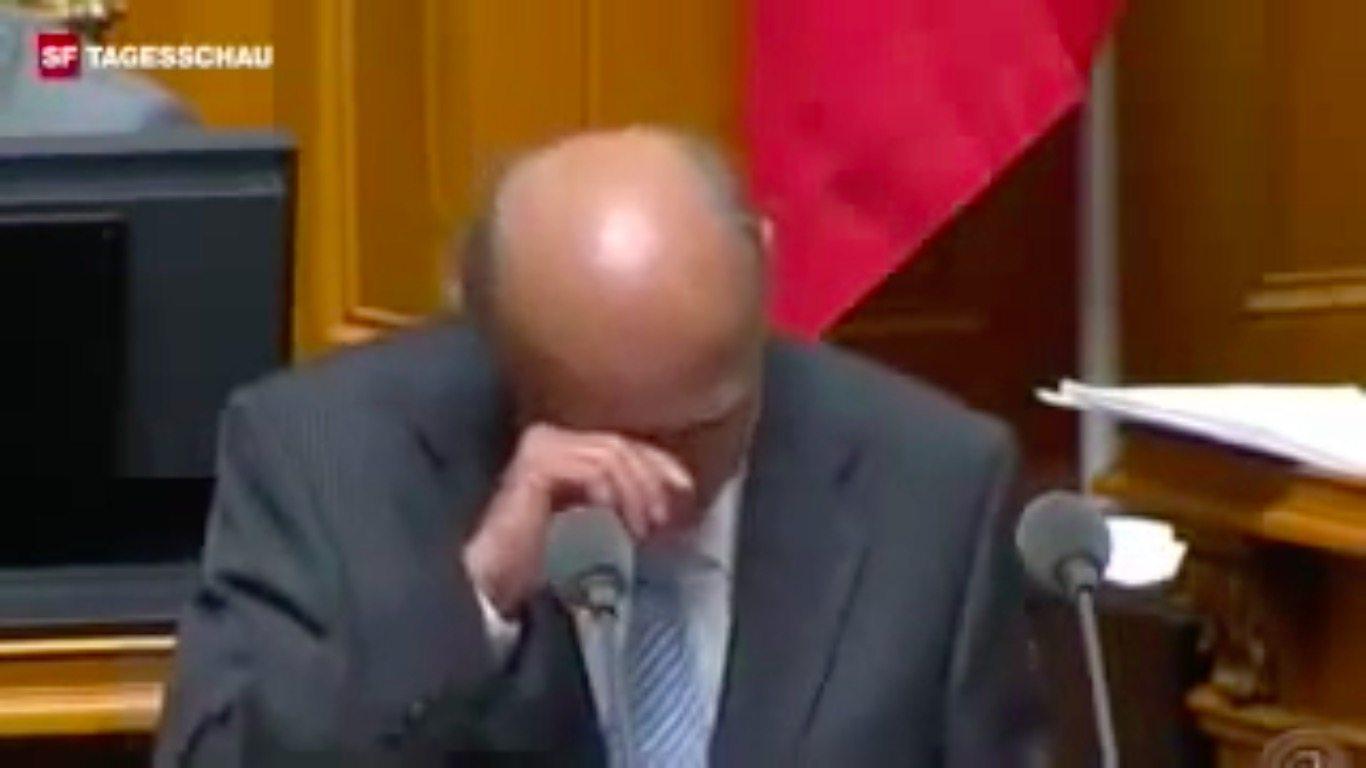 JKM przypomniał legendarne nagranie. Szwajcarski minister płacze ze śmiechu czytając przepisy UE (VIDEO)
