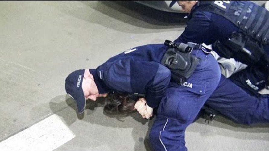 Skandaliczne zachowanie policji. Wardęga nie przyjął mandatu, więc zaczęli go dusić (VIDEO)