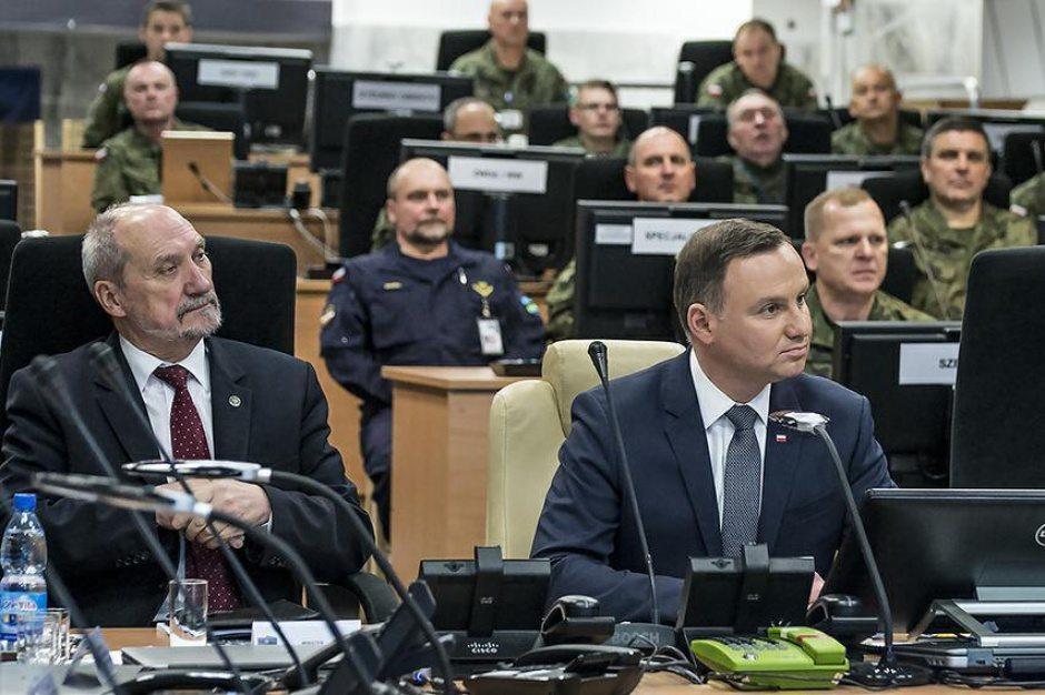 """Media ujawniają intrygę Macierewicza przeciwko Dudzie. """"Całkowicie odciął prezydenta od armii"""""""