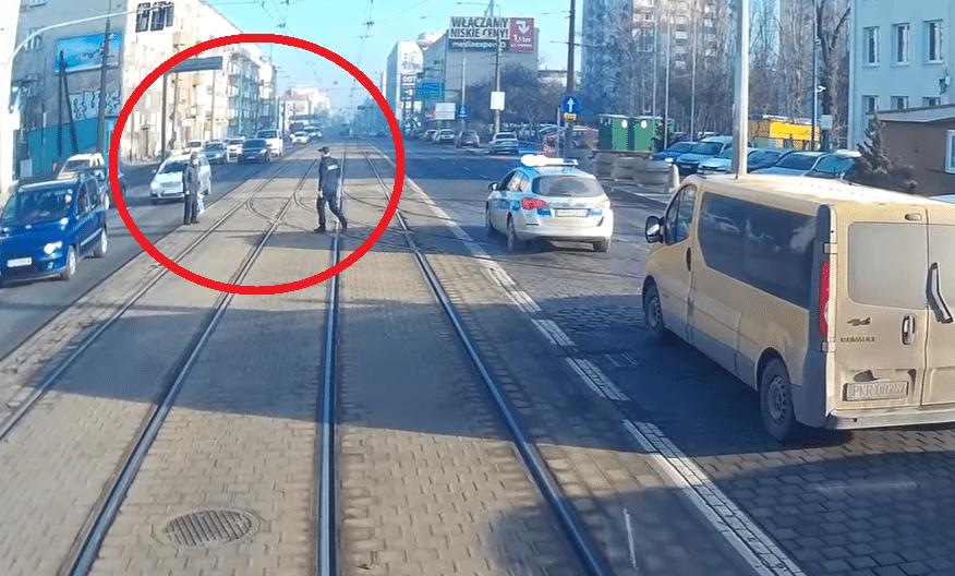 SZACUN! Policjant pokazał jak policja powinna reagować na takich pieszych (video)