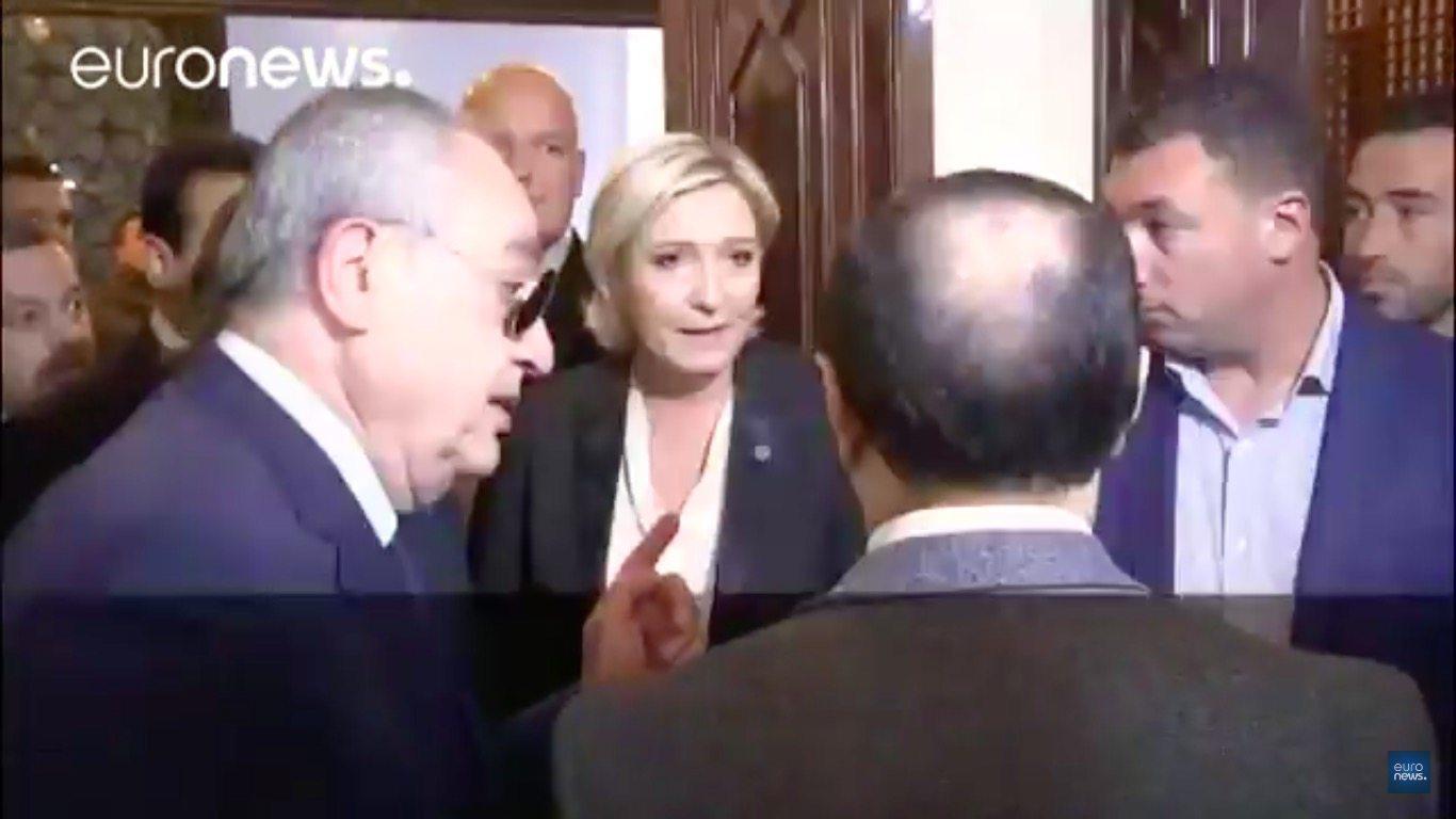 Chcieli założyć Le Pen hidżab. Jej reakcję zapamiętają do końca życia (VIDEO)