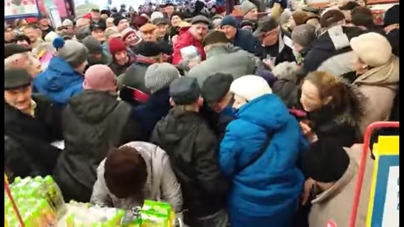 W Chełmie jak w lesie. Ludzie tratują się i szarpią walcząc o złotówkę tańszy produkt (VIDEO)