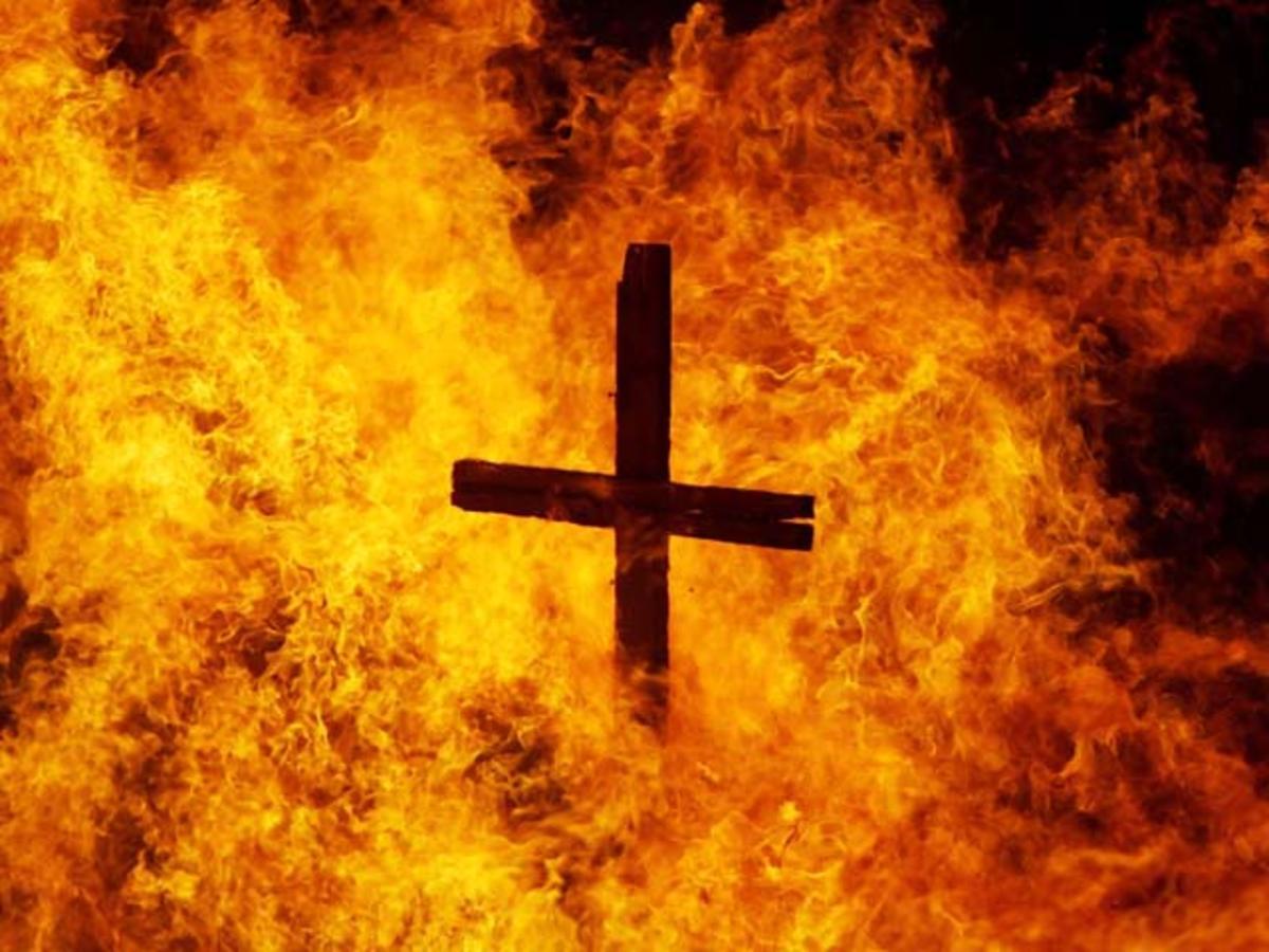 Pomorze: Mężczyzna spalił krzyże z absurdalnego powodu