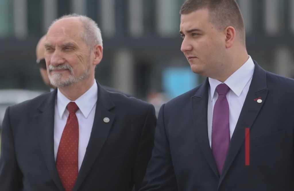"""""""Sława"""" Misiewicza właśnie sięgnęła poza Polskę. """"To upadek polskiej polityki"""""""
