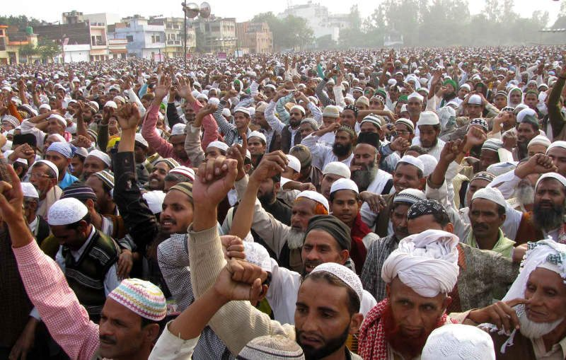 Setki muzułmanów protestuje przed sądami. Domagają się usunięcia symbolu sprawiedliwości