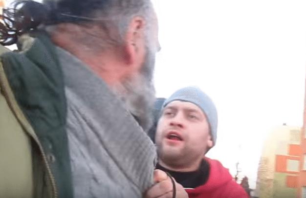 Pijany dresiarz zdjął majtki i zaatakował niepełnosprawnego starszego pana (video)
