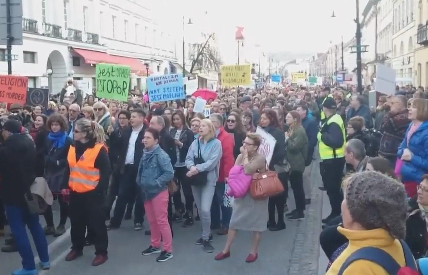 """Hasło z warszawskiej Manify hitem sieci. """"Tak absurdalnego jeszcze nie było!"""" (foto + video)"""