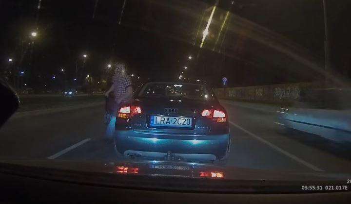 Internet umiera ze śmiechu. Drogowy macho terroryzuje stolicę... policyjną odznaką z Allegro (VIDEO)