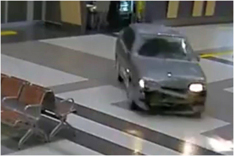 Bezradna policja ugania się po lotnisku za pijanym Rosjaninem w samochodzie (VIDEO)