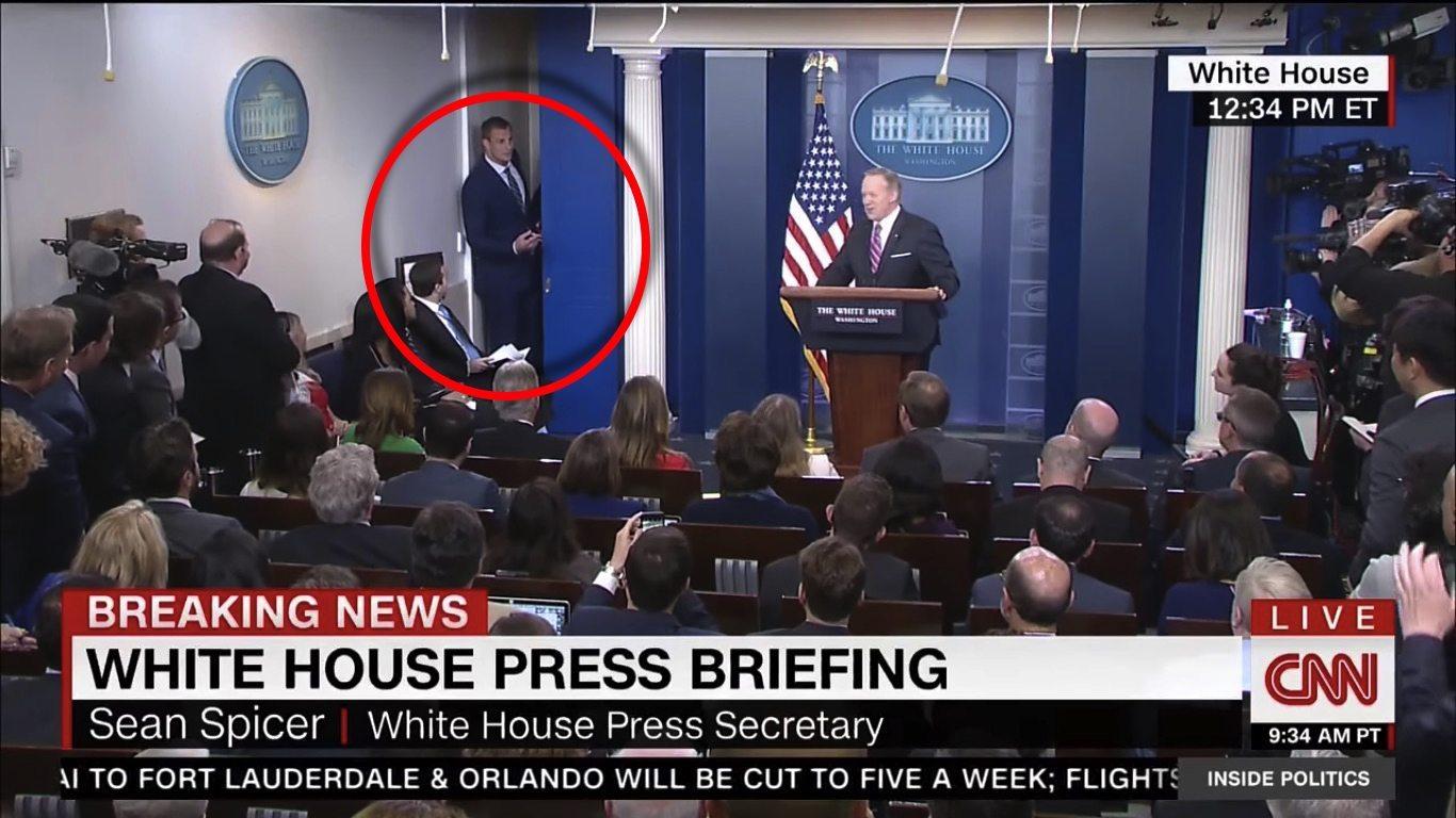 Jaja w Białym Domu. Konferencję nagle przerywa gwiazda futbolu i... (VIDEO)