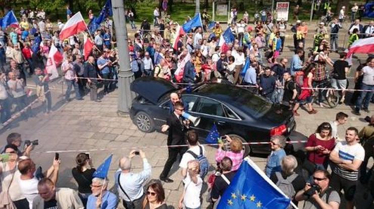 """""""Limuzyna BOR roztrzaskana"""" na Marszu Wolności. Opozycja szydzi z władzy (FOTO)"""