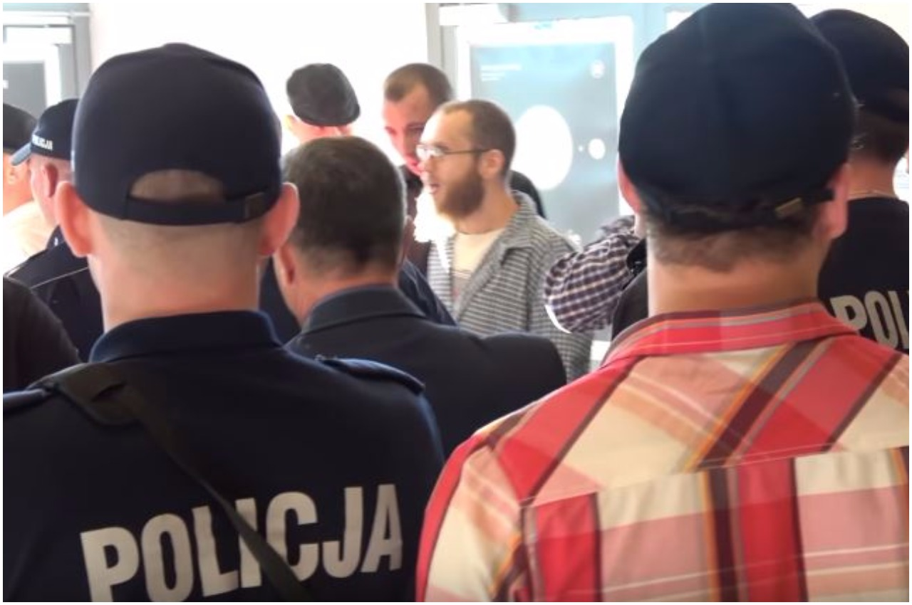"""Narodowcy """"szturmem"""" wzięli Teatr Powszechny. Policja interweniowała (VIDEO)"""