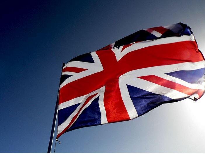 Uzbrojony SZALENIEC pod brytyjskim parlamentem! (VIDEO)