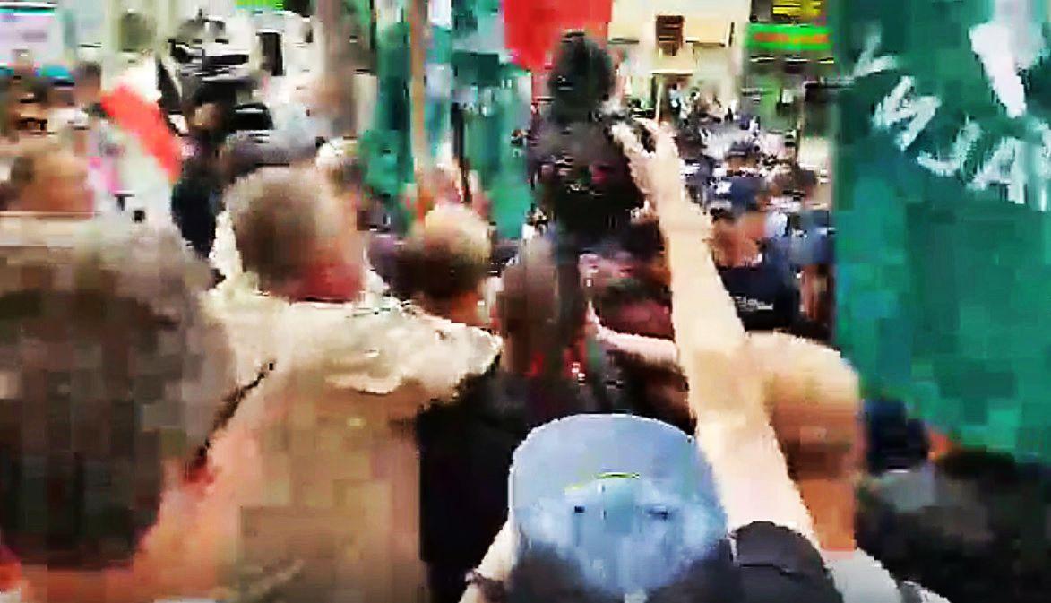Bójka na ulicach Warszawy! Narodowcy pobili się z KOD (video)