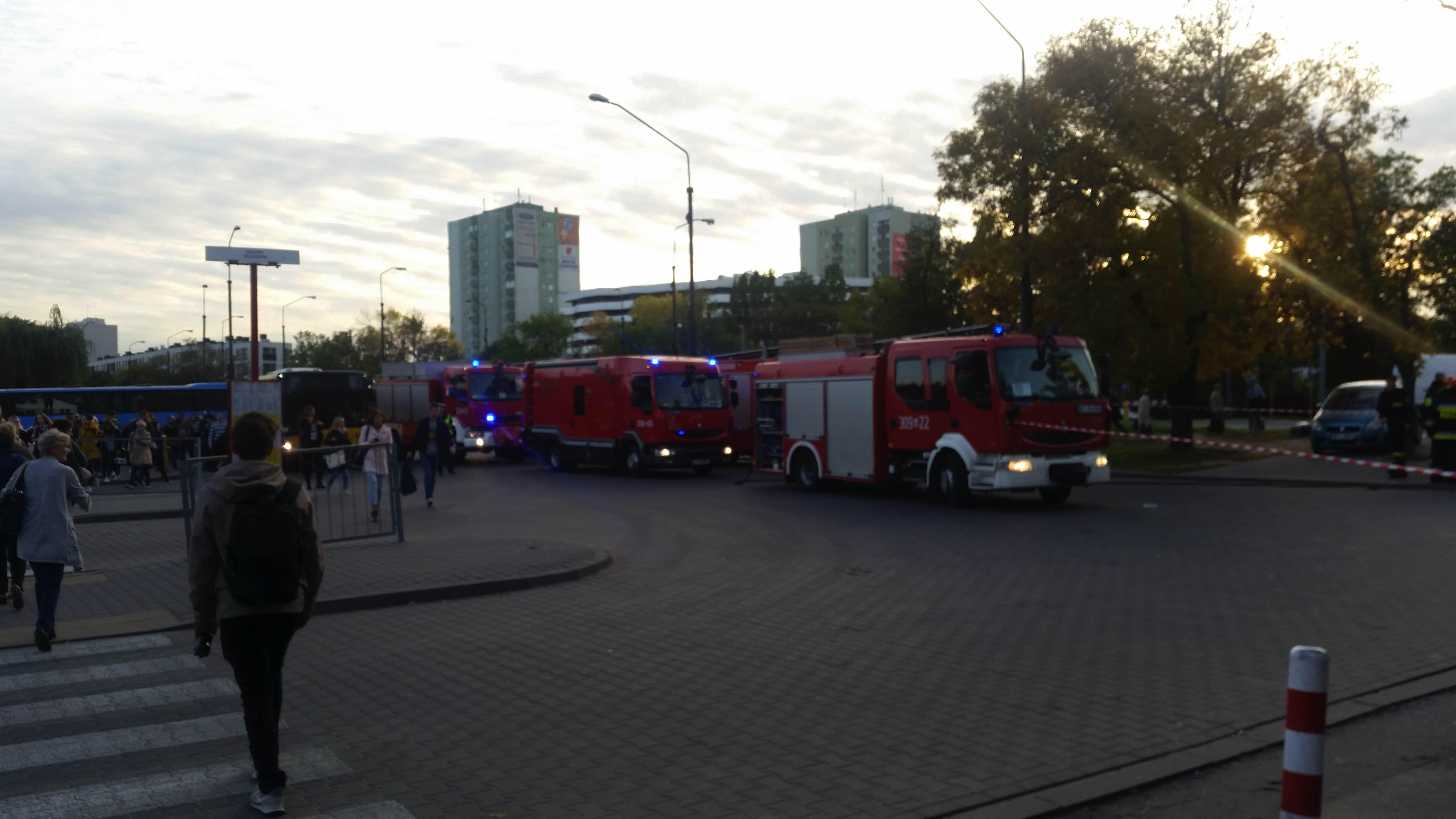 Atak na straż miejską w Warszawie! Ludzie panikują, wozy strażackie ruszyły (zdjęcia)