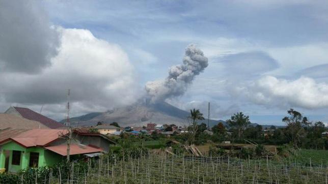Wybuchł ogromny wulkan! Tysiące ludzi ewakuowanych (foto+video)
