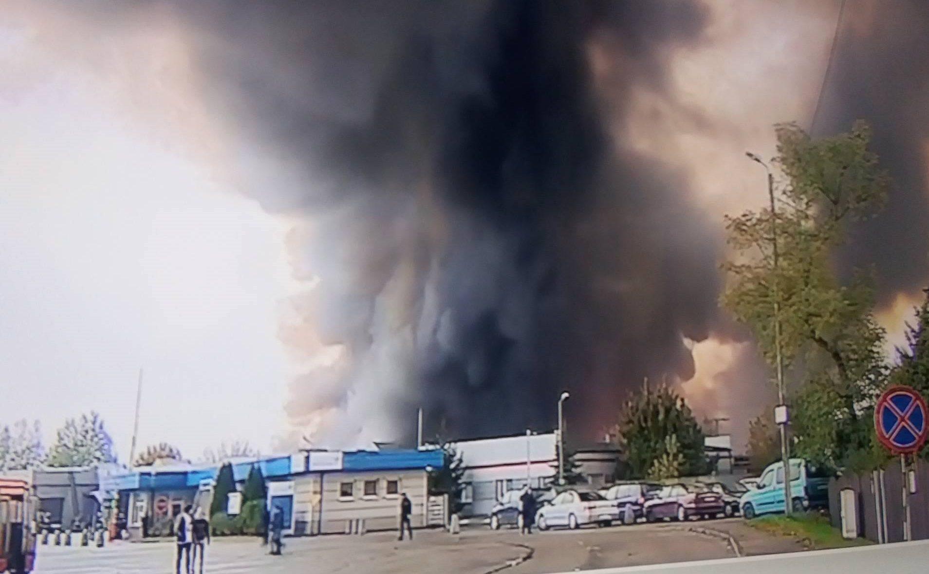 Płonie ogromny magazyn, toksyczna chmura sunie nad Małopolską! (zdjęcia)