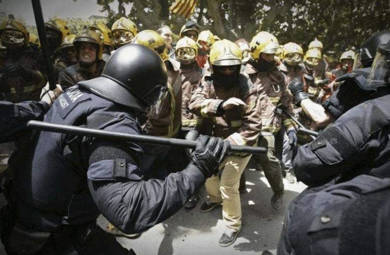 Dantejskie sceny w Katalonii! Strażacy biją się z policją