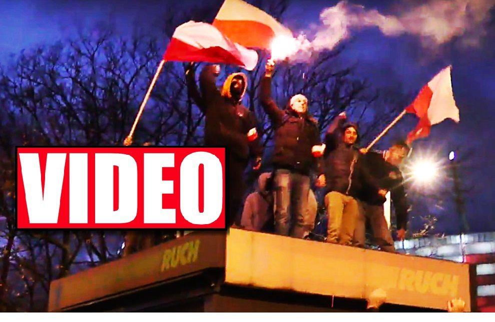 Szokujący film! Narodowcy niszczą kiosk, a policja UCIEKA