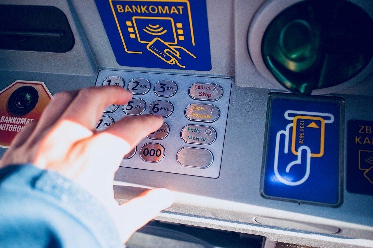 O co chodzi? Bankomaty CAŁKIEM znikają z Polski