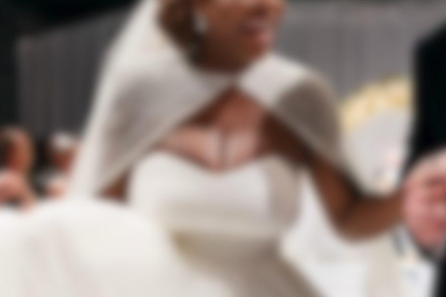 Serena Williams wzięła ślub. Jej duży, jędrny biust niemal rozerwał ogromny dekolt sukni