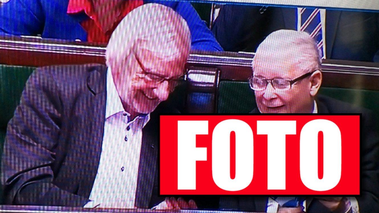 To prawdziwy HIT! W sejmie gorąca debata, a Kaczyński czyta...