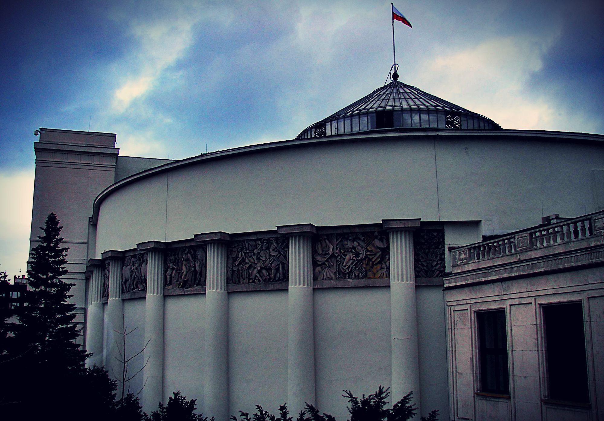 Wszyscy patrzą teraz na Sejm. Tymczasem z drugiej strony...