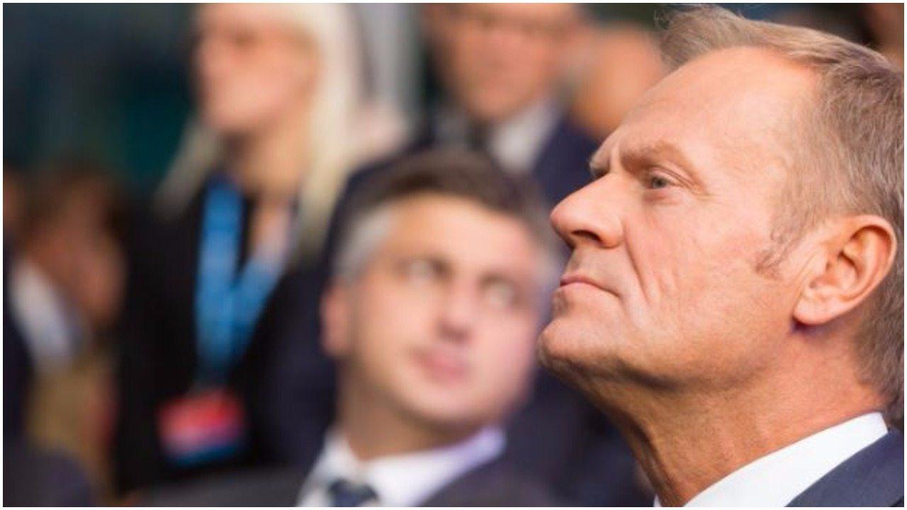 To zdjęcie narobi Tuskowi kłopotów. Stoi obok niego...