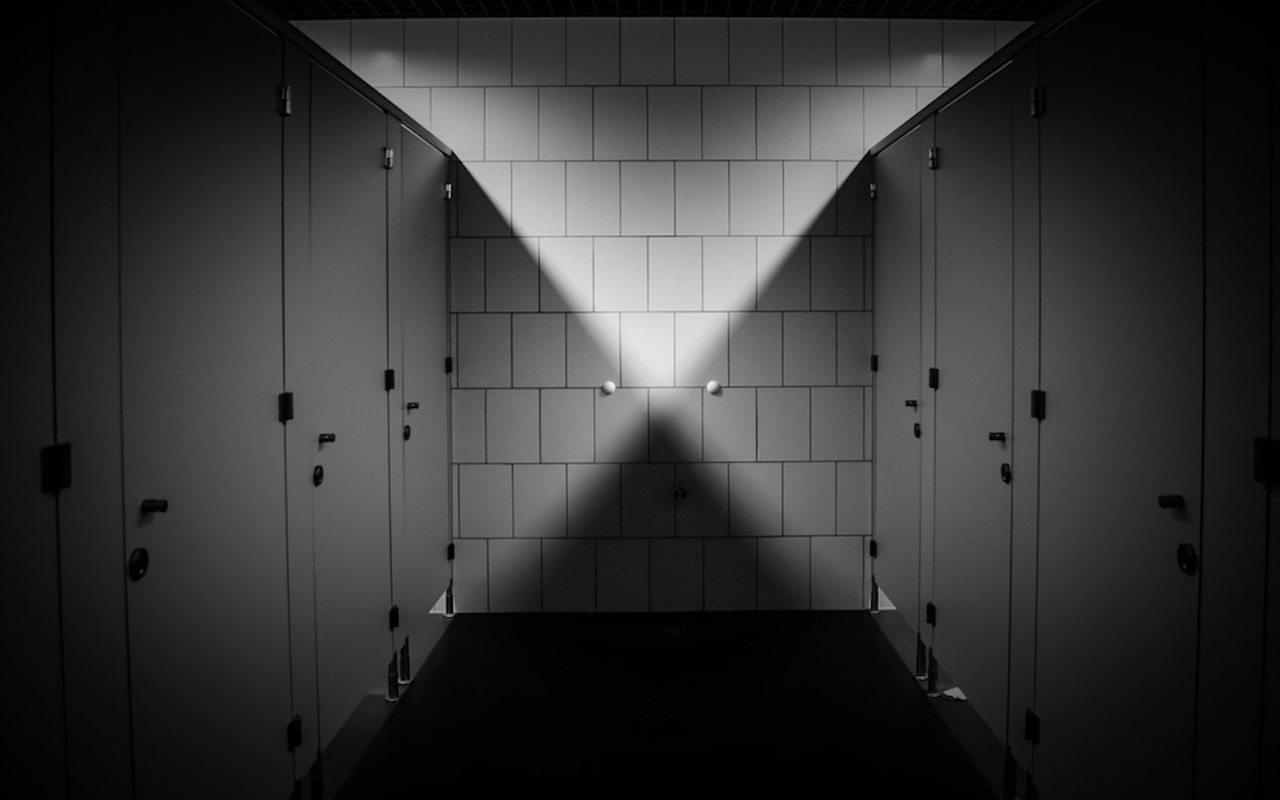 Oburzające! Wpływowy polityk podglądał i nagrywał kobiety w toalecie