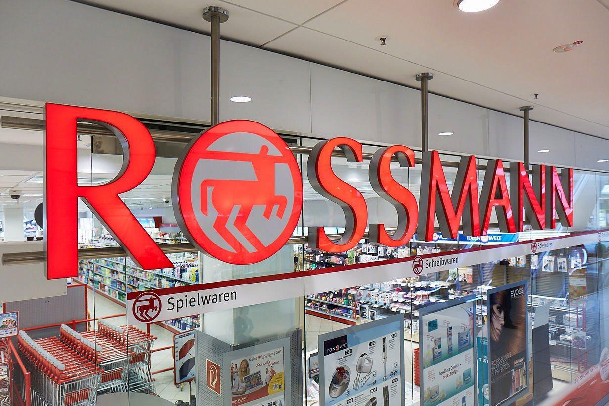 Klienci w ekstazie przed genialną promocją 2+2 w Rossmannie!