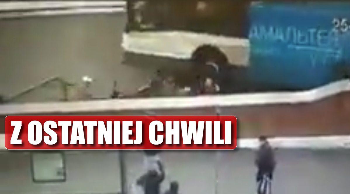 Makabra! Wjechał AUTOBUSEM do metra, miażdży uciekających ludzi (VIDEO)