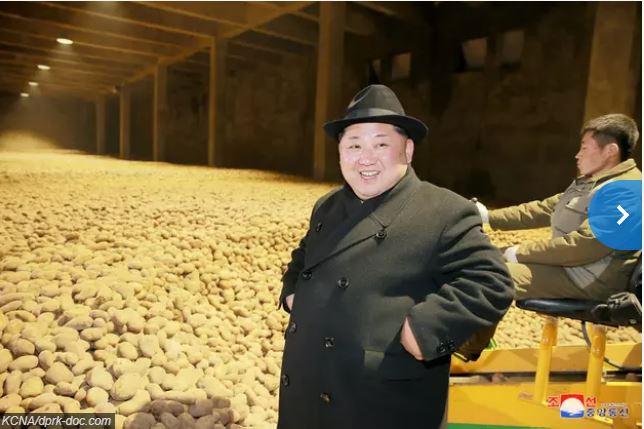 Oryginalne zdjęcie Kim Dzong Una na tle wysypiska kartofli