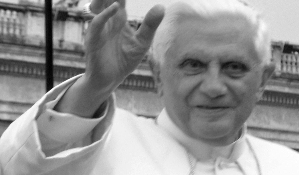 Już od jakiegoś czasu z mediów z całego świata dochodzą nas informacje o pogarszającym się stanie zdrowie emerytowanego papieża. Benedykt XVI zostawił testament, właśnie ujawniono ostatnią wolę papieża.