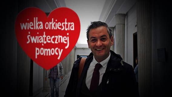 Biedroń ZACHWYCONY homofobicznym żartem. Na fotomontażu miał dawać Owsiakowi...