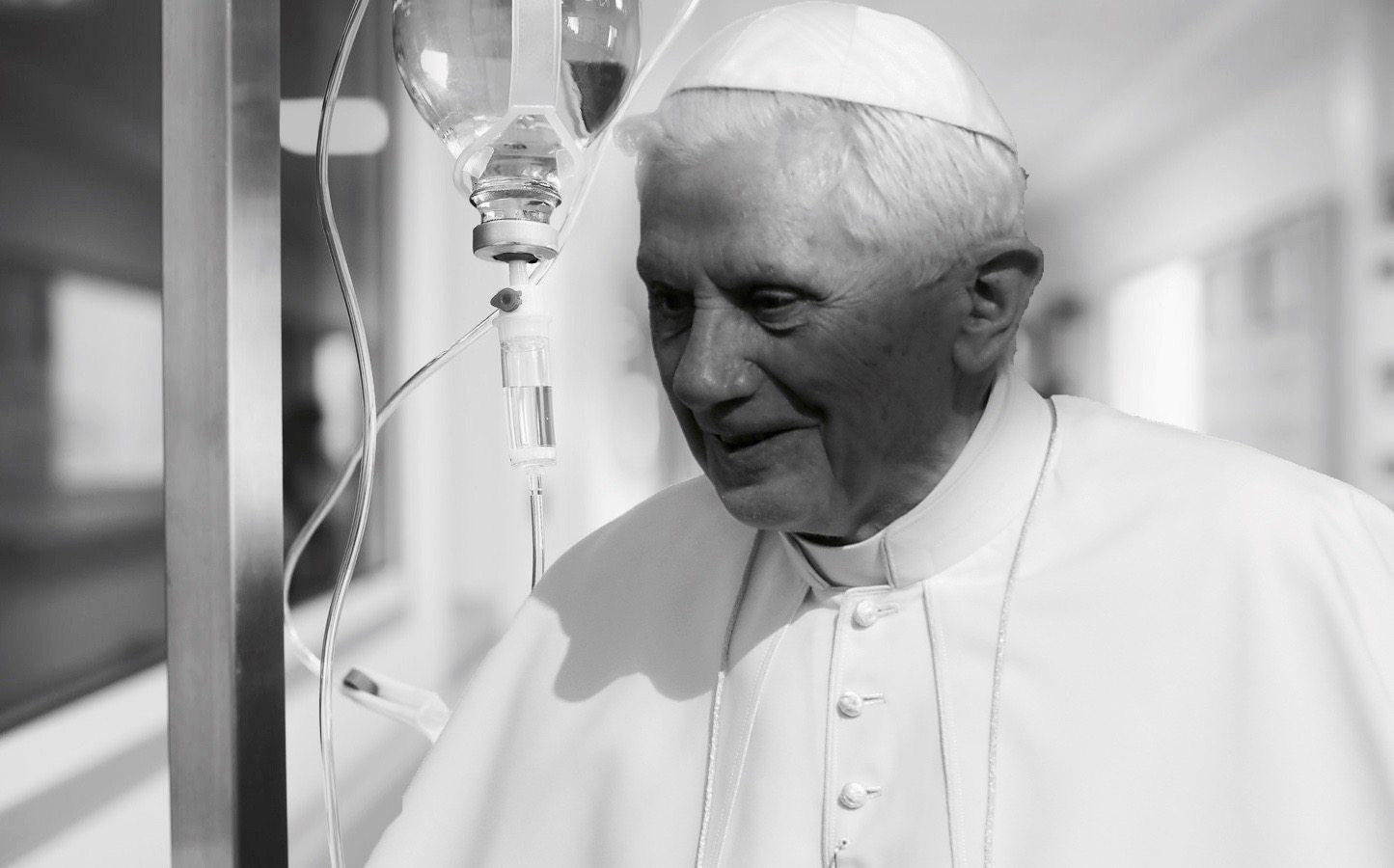 """""""Benedykt XVI nie żyje"""". Media uśmierciły papieża"""
