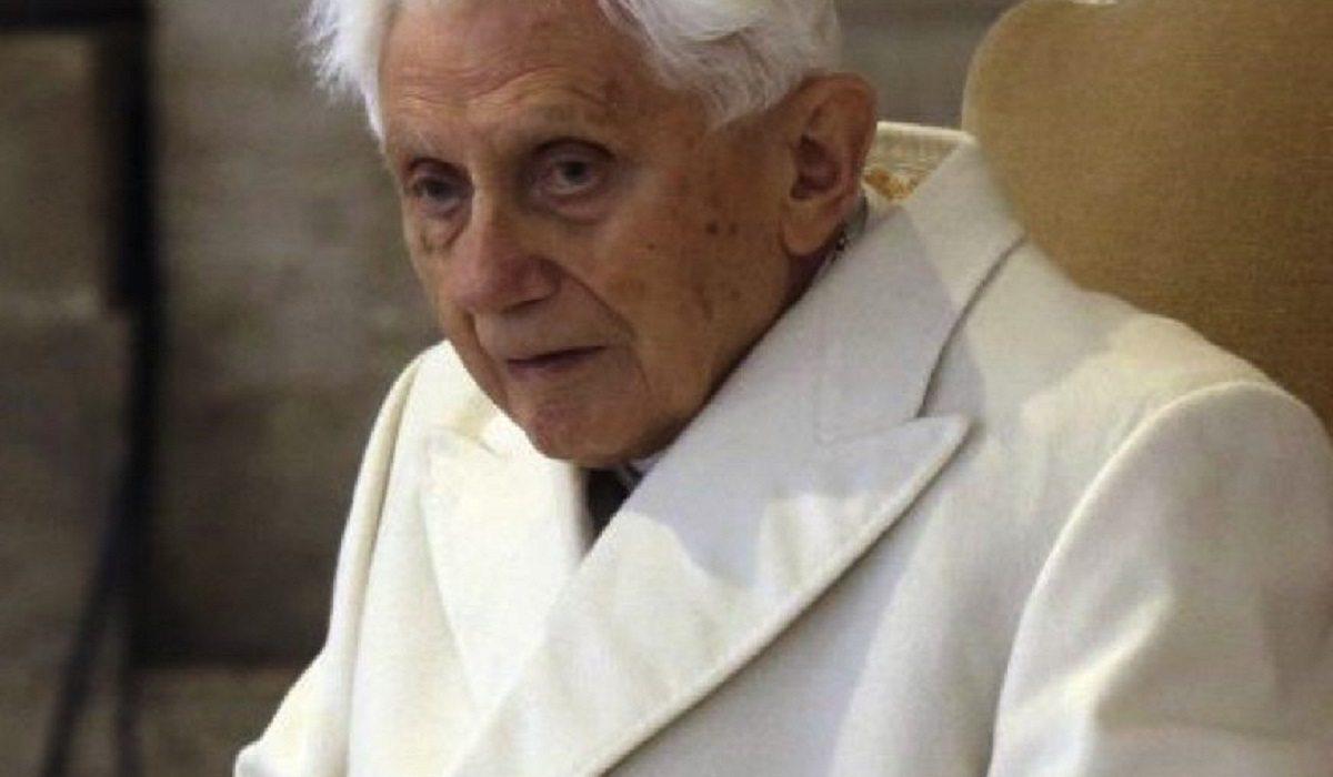 Benedykt XVI nie może już nawet chodzić. Franciszek przyjechał go pożegnać