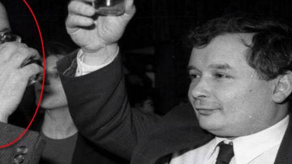 Prawicę wbiło w ziemię. Ujawniono zdjęcie, na którym Kaczyński pije wódkę z...