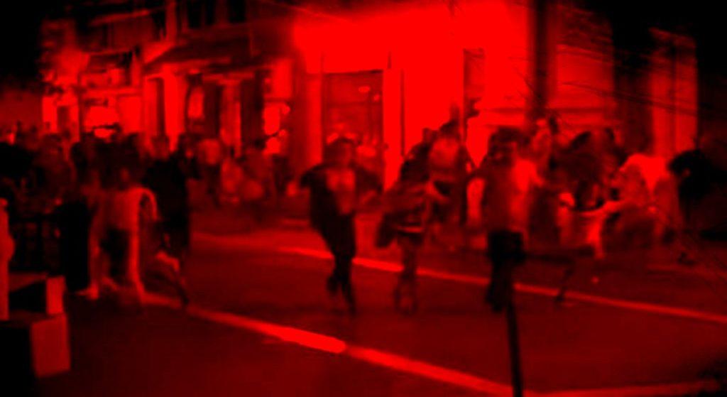Czerwone-tło-flickr-uciekający ludzie-yt