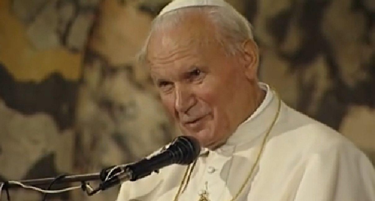 Choć Jan Paweł II odszedł od nas 13 lat temu, to pamięć o papieżu Polaku będzie wieczna.Brat Marian Markiewicz, bliski przyjaciel Karola Wojtyły i jednocześnie jego fryzjer ujawnił właśnie tajemnice papieża i opowiedział o tym, co lubił najbardziej.