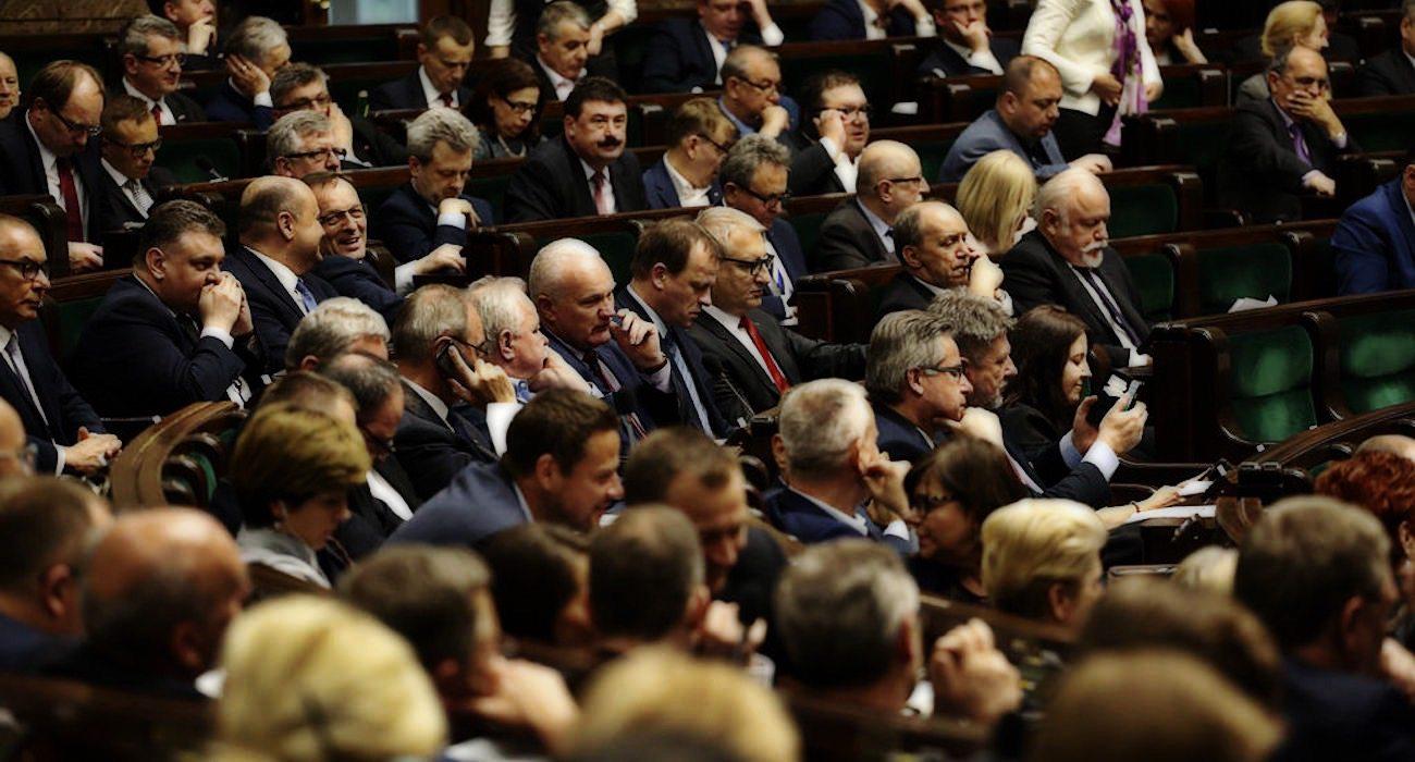 Protestujący w Sejmie OSZUKANI! PiS zrobił to za ich plecami