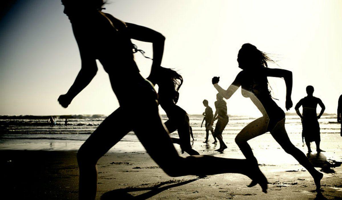 Senator PiS nago biega po plaży. Partia pali się ze wstydu