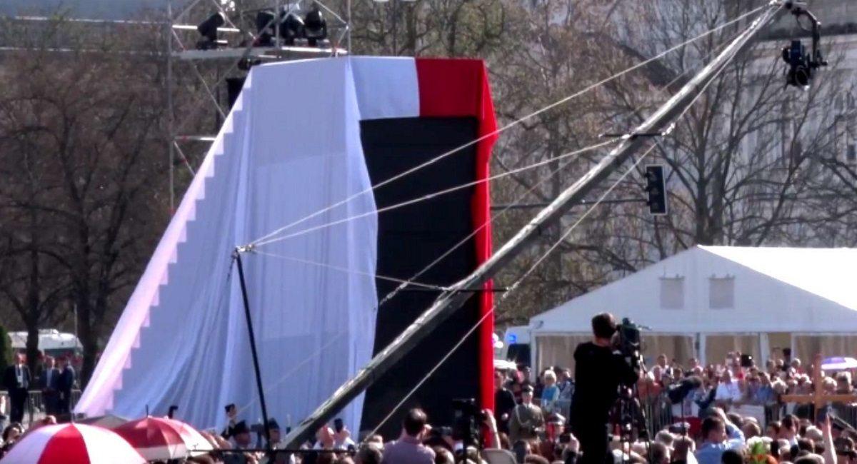Kaczyński wściekły. Robią WYŚCIG na szczyt pomnika smoleńskiego