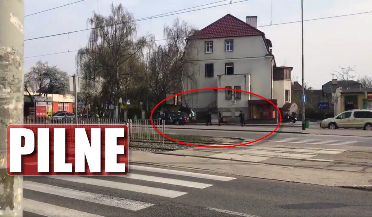 Strzały przed prokuraturą w Szczecinie! Szaleniec rzucił się z nożem