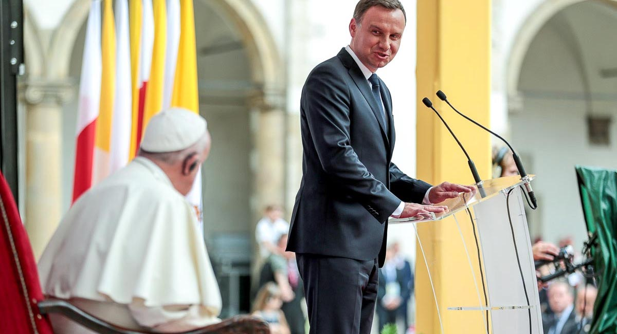 Andrzej Duda wysłał Franciszkowi paczkę. Ale opozycja może nie być zadowolona