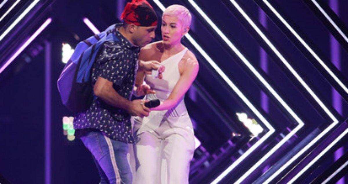 Skandal na Eurowizji! Mężczyzna wbiegł na scenę i zaatakował piosenkarkę [FILM]