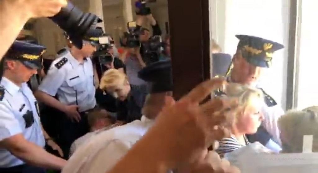 Co tam się dzieje?! Straż Marszałkowska ruszyła do akcji, protestujący przerażeni