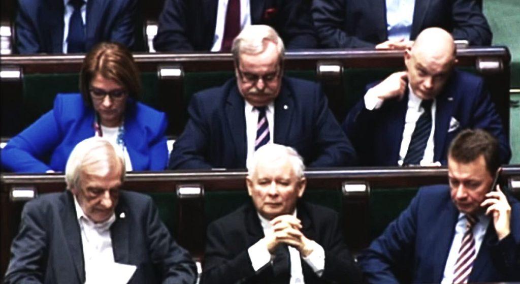 """Do tego Kaczyński zmusza swoich posłów. """"Płakali, ich rodziny straciłyby wszystko"""""""